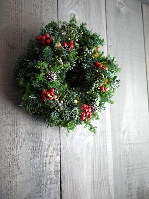クリスマスのフレッシュリース。「赤い実等入れて」。2019/12/04。_b0171193_23324611.jpg