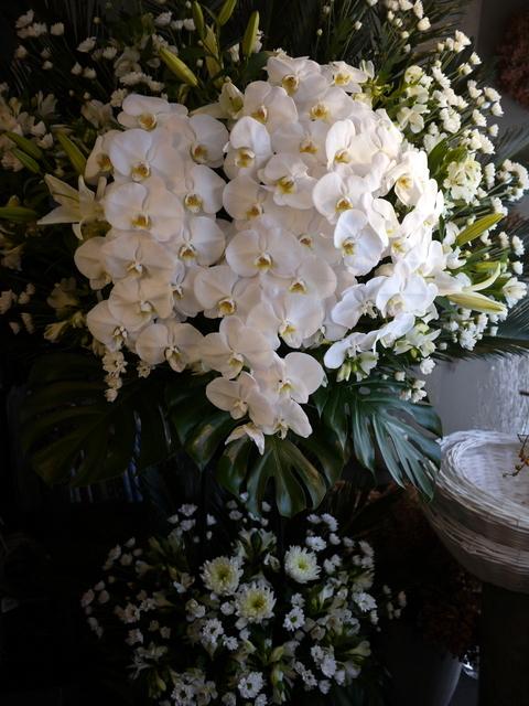 お通夜にスタンド花。本通14の斎場にお届け。2019/12/04。_b0171193_23384155.jpg