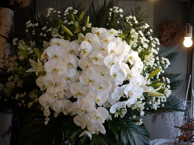 お通夜にスタンド花。本通14の斎場にお届け。2019/12/04。_b0171193_23384709.jpg