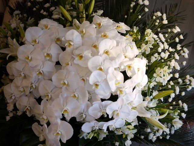 お通夜にスタンド花。本通14の斎場にお届け。2019/12/04。_b0171193_23385256.jpg