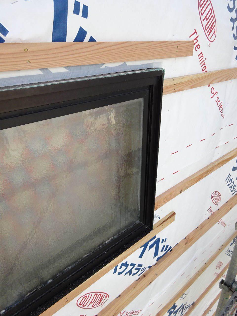 アパートの外装改修工事が進行中です。_f0105112_05202512.jpg