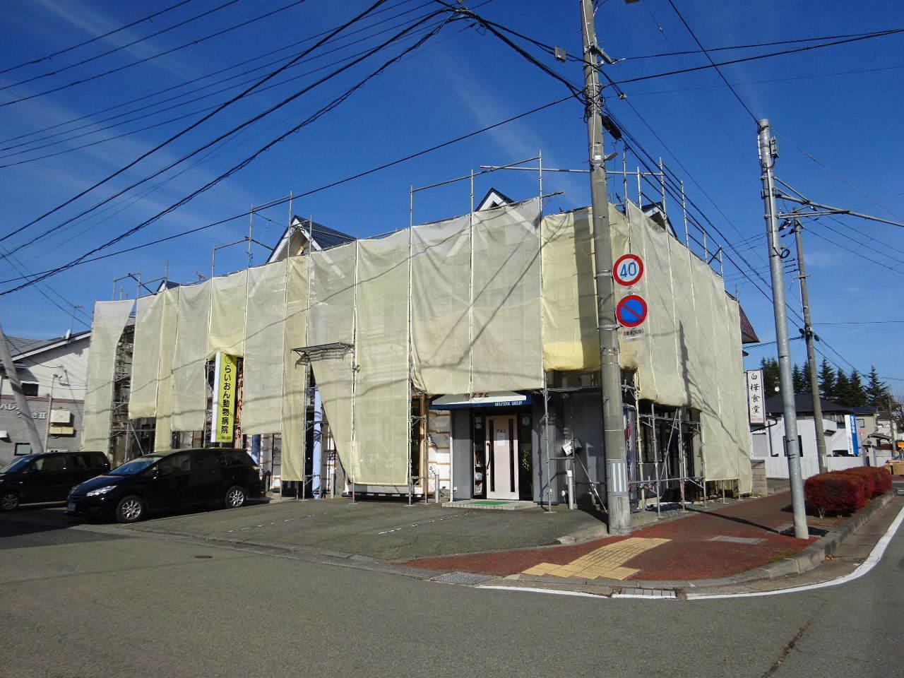 アパートの外装改修工事が進行中です。_f0105112_05202537.jpg