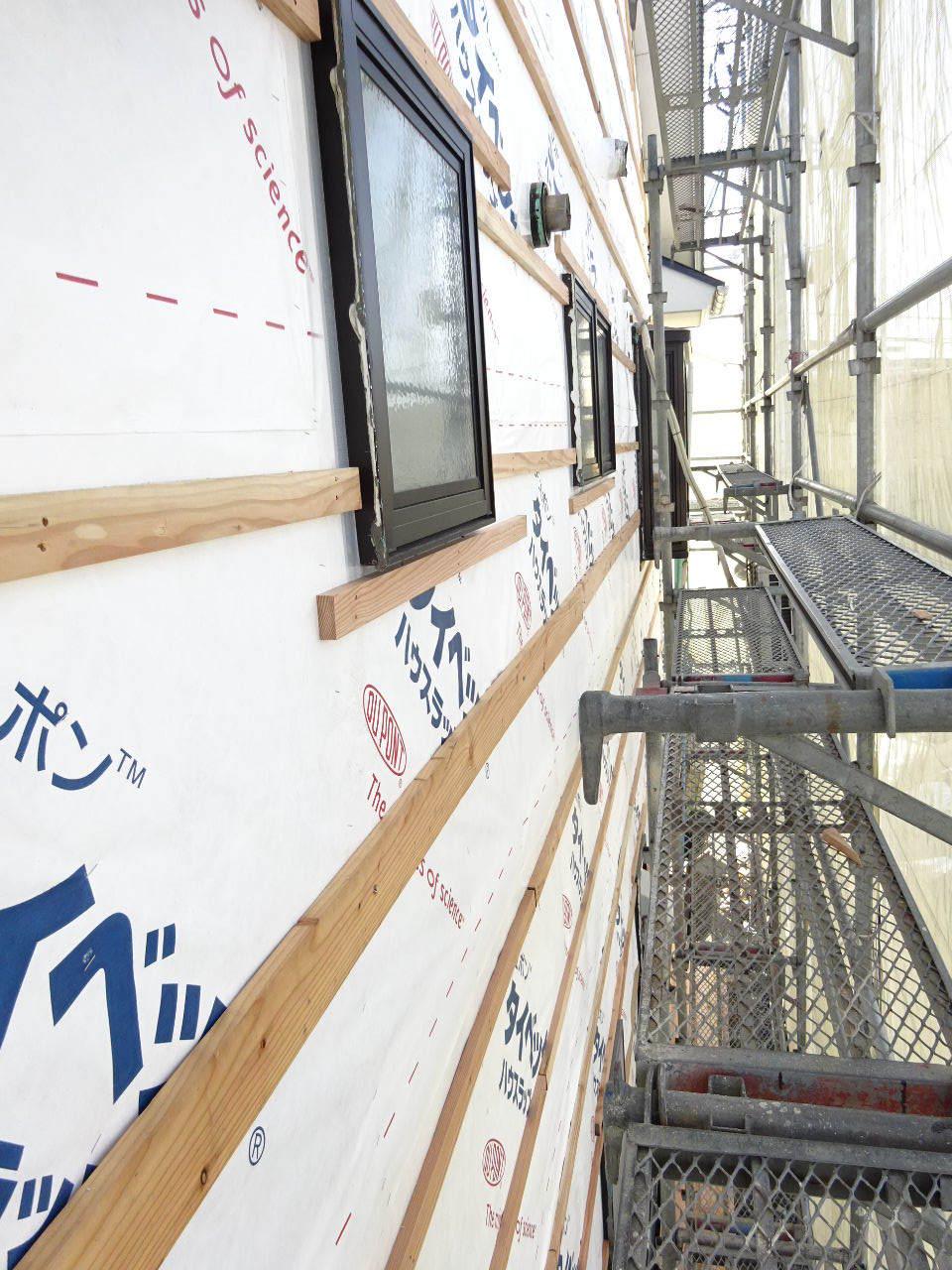 アパートの外装改修工事が進行中です。_f0105112_05202541.jpg