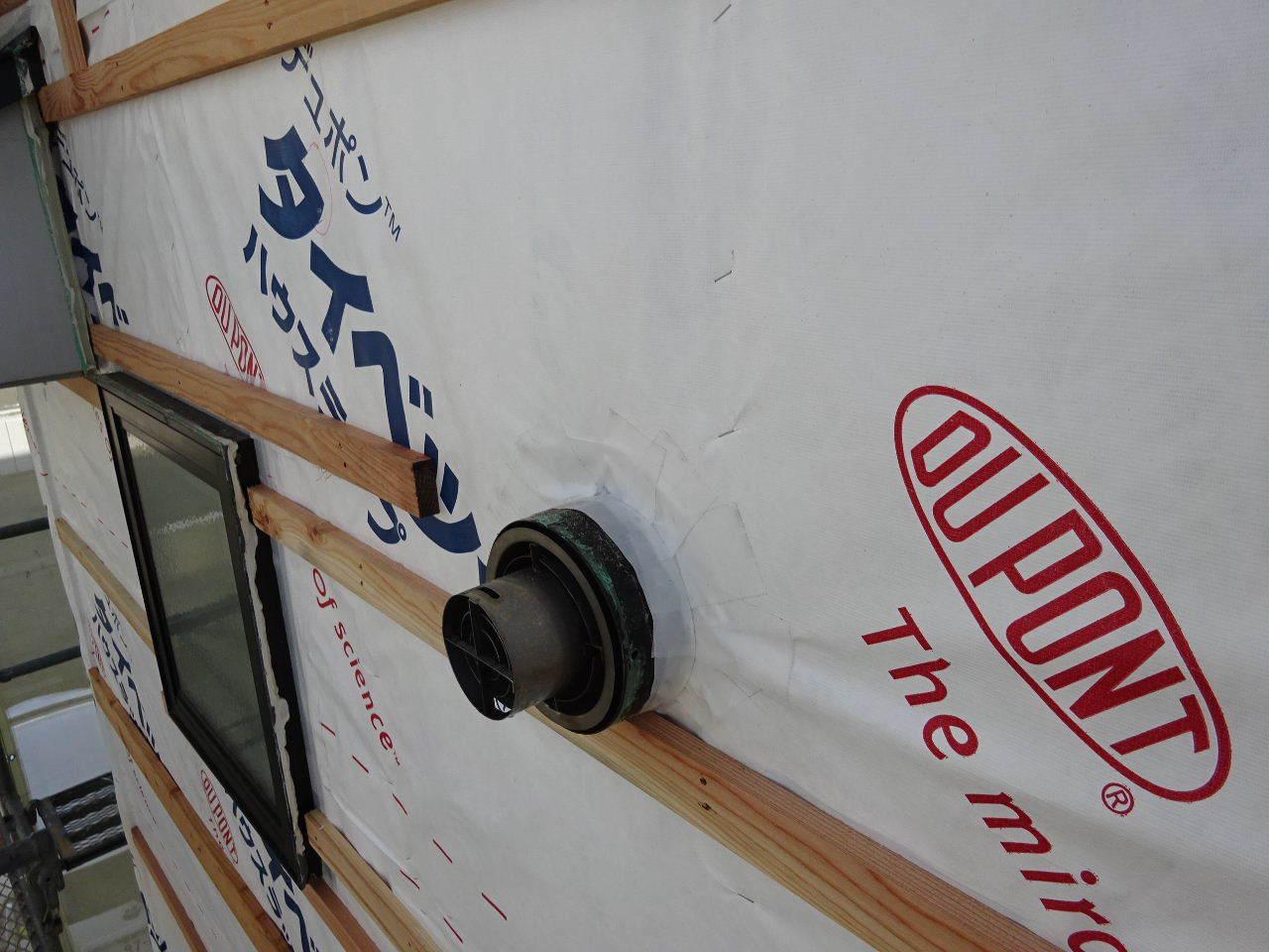 アパートの外装改修工事が進行中です。_f0105112_05202578.jpg