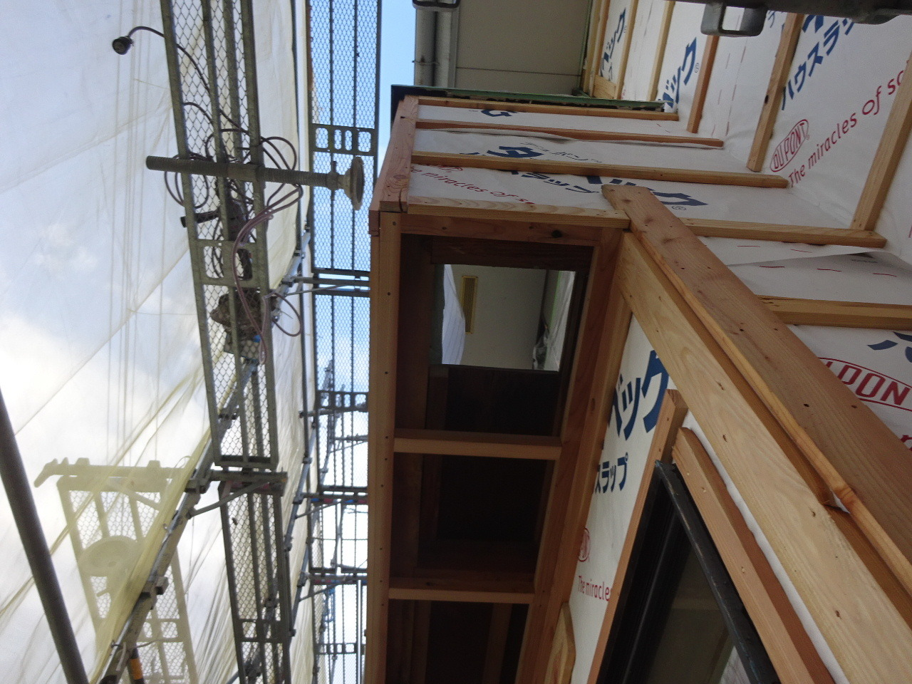 アパートの外装改修工事が進行中です。_f0105112_05300129.jpg