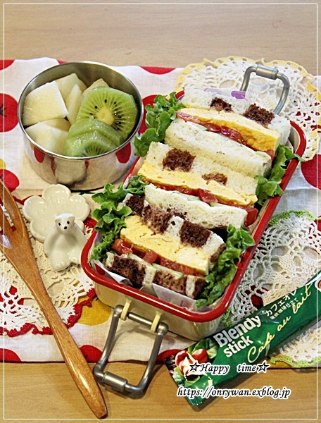 ヒョウ柄風角食でサンドイッチ弁当とアップルキウイ♪_f0348032_16173864.jpg