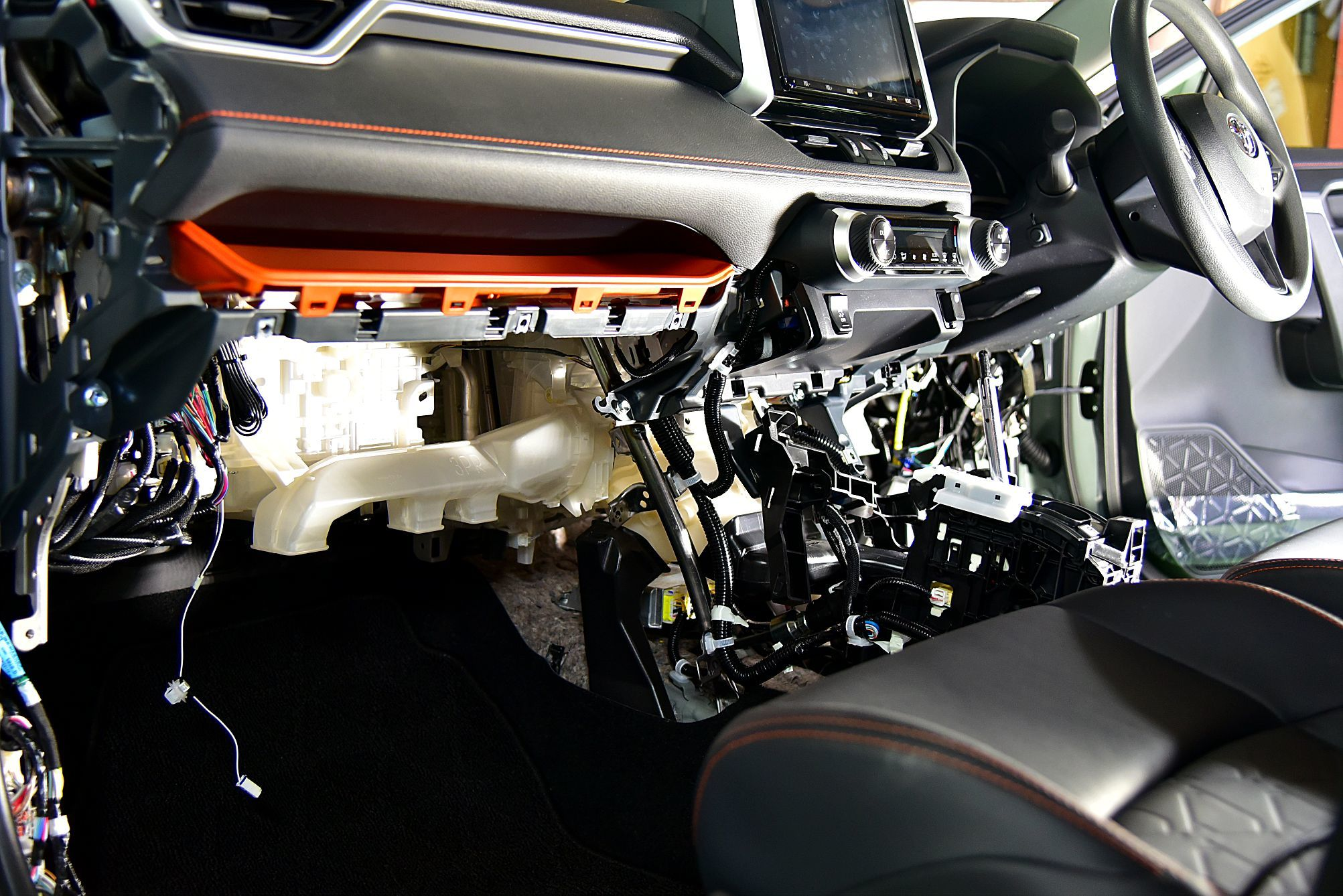 RAV4にエンジンスターター付きセキュリティVIPER5906V取り付け_c0199344_13561561.jpg