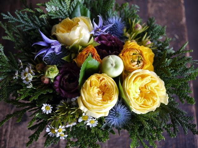 お誕生日の女性へのアレンジメント。「黄色~オレンジ系。元気に」。南5西2にお届け。2019/12/06。_b0171193_00051172.jpg