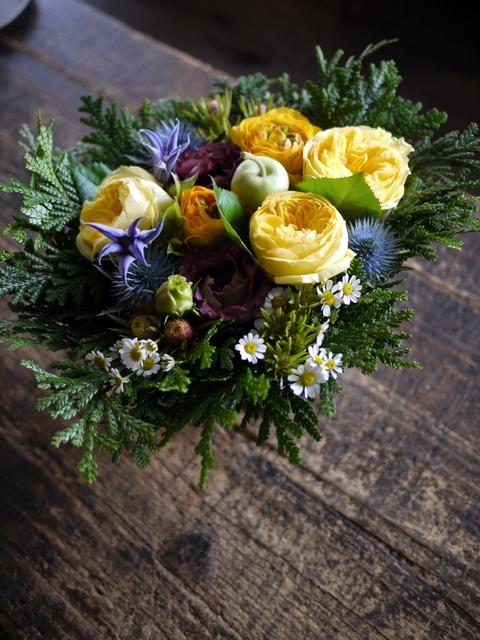 お誕生日の女性へのアレンジメント。「黄色~オレンジ系。元気に」。南5西2にお届け。2019/12/06。_b0171193_00051449.jpg