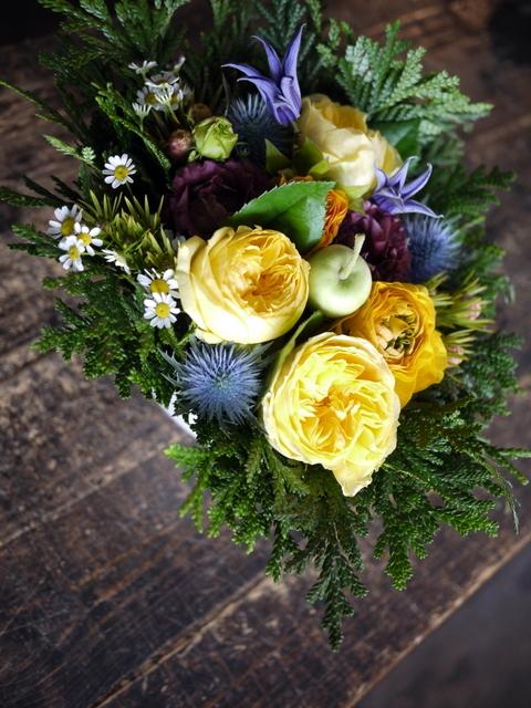 お誕生日の女性へのアレンジメント。「黄色~オレンジ系。元気に」。南5西2にお届け。2019/12/06。_b0171193_00051665.jpg