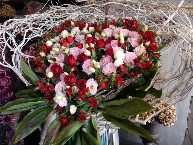 受賞記念祝賀会にスタンド花。「ハート型、赤~ピンク主体で」。ロイトン札幌にお届け。2019/12/08。_b0171193_00195755.jpg
