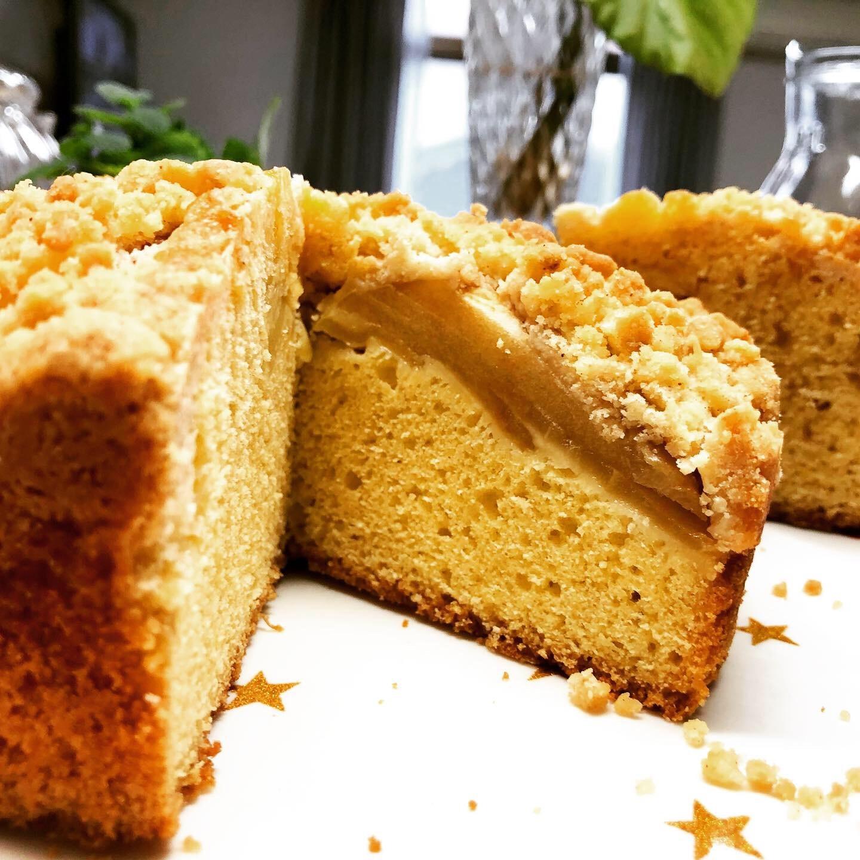 クランブルを載せた林檎のケーキ。_b0116313_23060220.jpeg