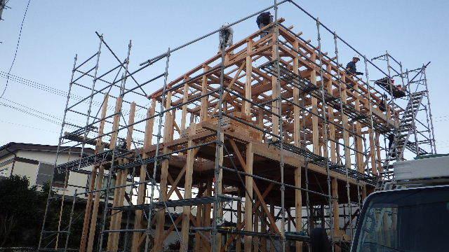 滝沢 穴口の家 建て方作業進行中です!_f0105112_04001832.jpg