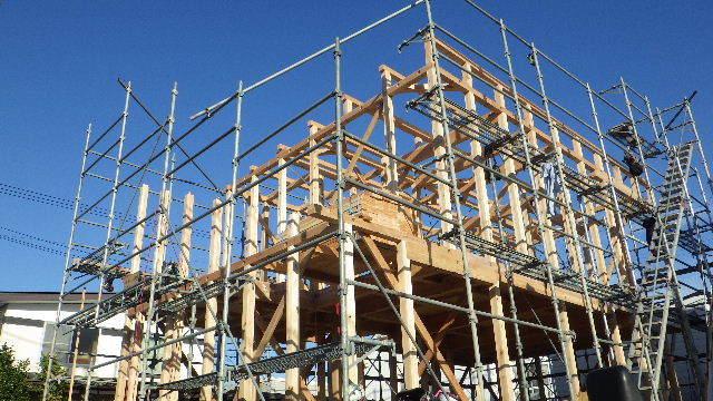 滝沢 穴口の家 建て方作業進行中です!_f0105112_04001892.jpg