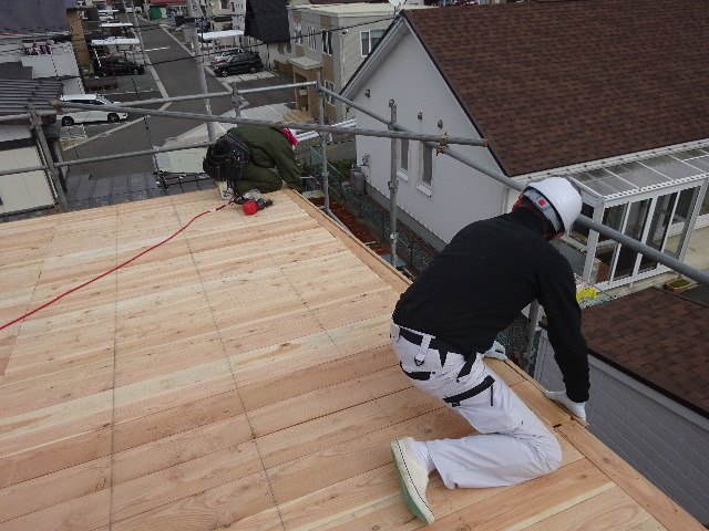 滝沢 穴口の家 建て方作業進行中です!_f0105112_04052742.jpg