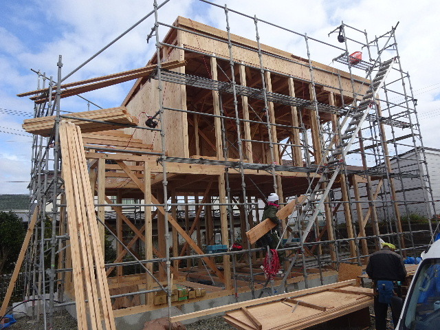 滝沢 穴口の家 建て方作業進行中です!_f0105112_04052775.jpg