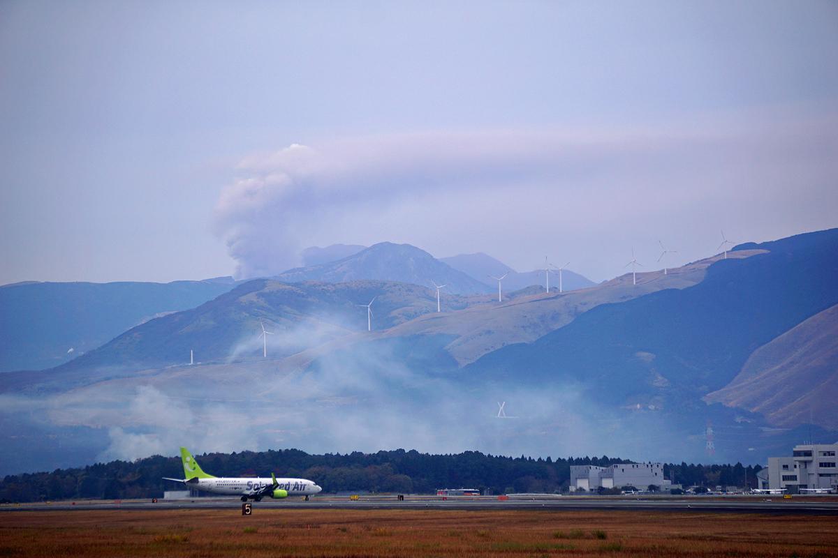 阿蘇の山の白煙。_b0044115_02115452.jpg