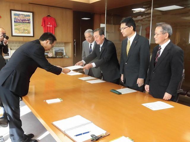 所属する会派「ふじ21」で、小長井市長に令和2年度の予算編成に対する要望書を提出_f0141310_07350045.jpg