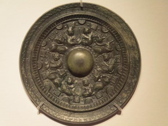 女王国で重視した鏡や武器の形_a0237545_23320371.jpg