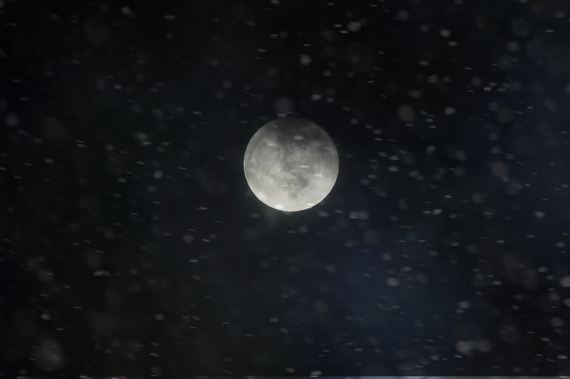 吹雪の日の満月_f0075075_18384659.jpg