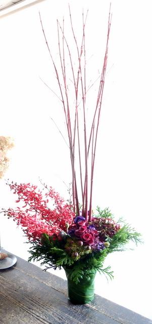 美容室店舗移転の周年と、お誕生日にアレンジメント。「赤~ワイン等、シック」。平岸3条にお届け。2019/12/09。_b0171193_16543629.jpg