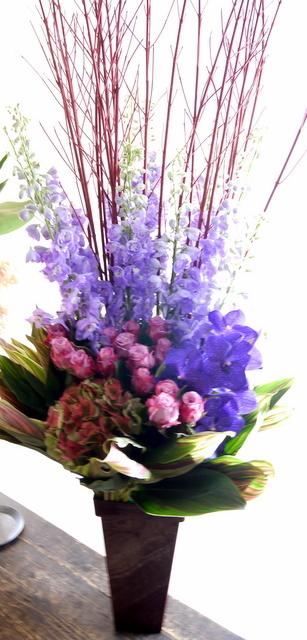 お蕎麦屋さんの開店にアレンジメント。「紫メイン、上品に華やか、ゴージャス」。新琴似8条にお届け。2019/12/10。_b0171193_16565055.jpg
