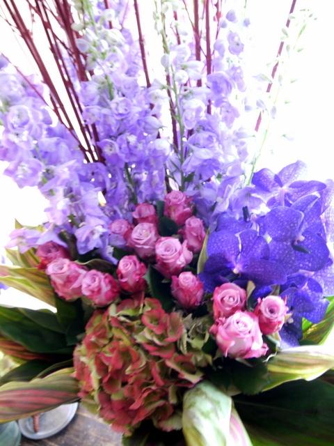 お蕎麦屋さんの開店にアレンジメント。「紫メイン、上品に華やか、ゴージャス」。新琴似8条にお届け。2019/12/10。_b0171193_16565471.jpg