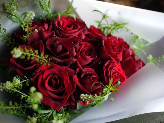 告白の花束。「赤バラ12本使って」。2019/12/11。_b0171193_17043312.jpg