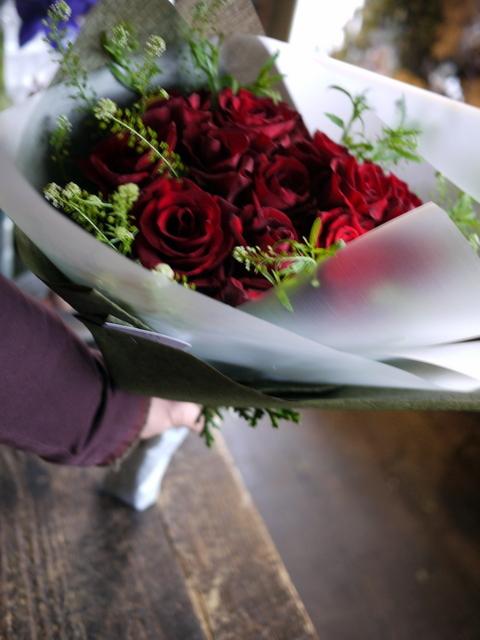 告白の花束。「赤バラ12本使って」。2019/12/11。_b0171193_17043617.jpg