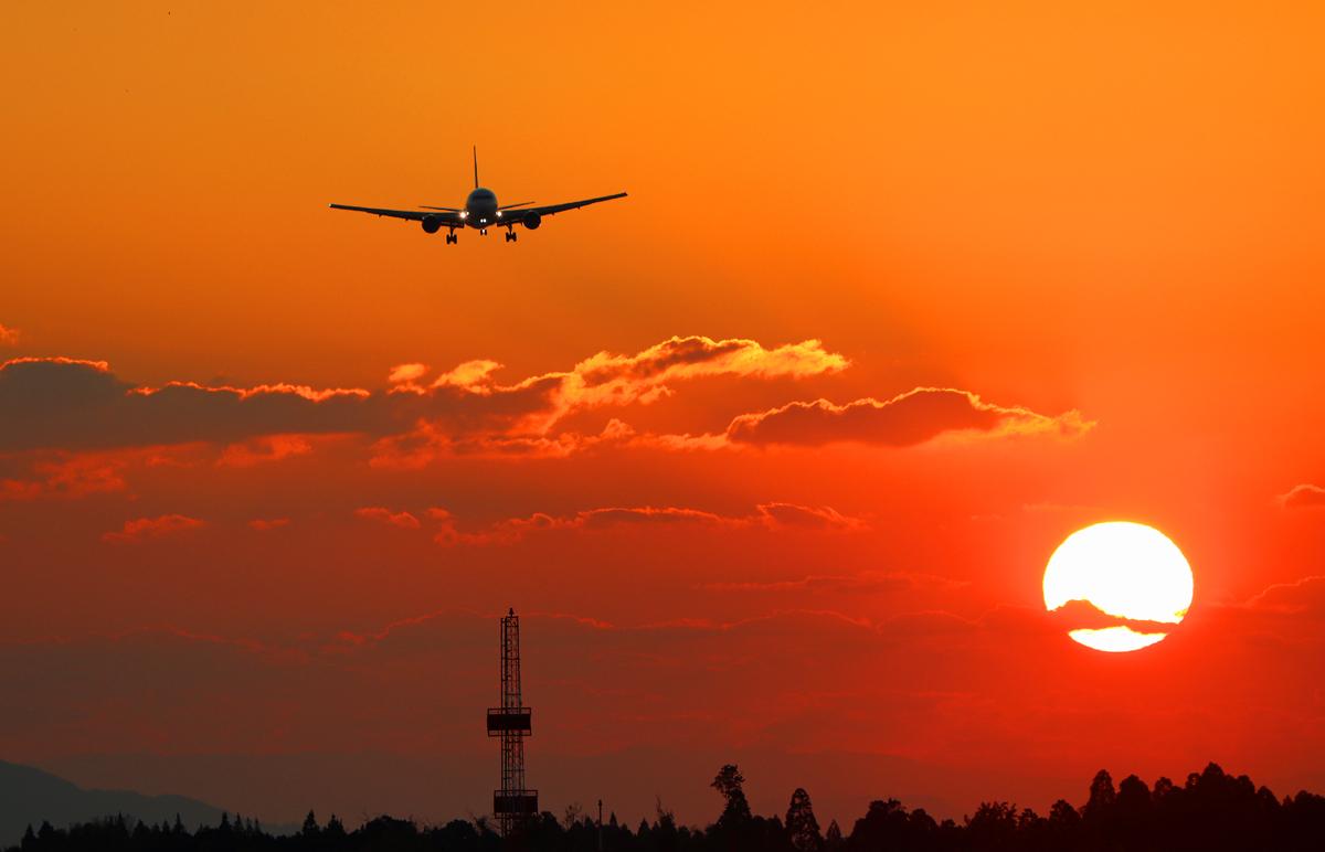 夕日と飛行機。_b0044115_05021191.jpg