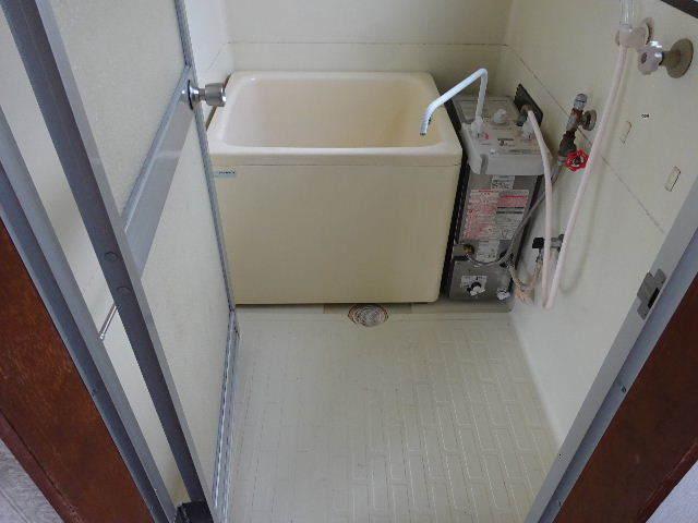 貸家の浴室リフォーム工事の様子_f0105112_04380907.jpg