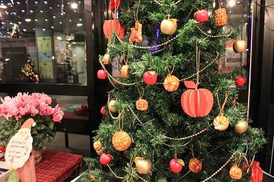 りんごの街のクリスマスツリーの装飾は?_d0131668_1811991.jpg