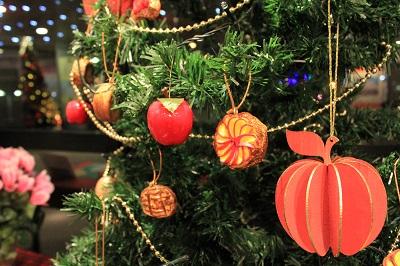 りんごの街のクリスマスツリーの装飾は?_d0131668_18121943.jpg