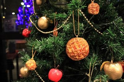 りんごの街のクリスマスツリーの装飾は?_d0131668_18123584.jpg