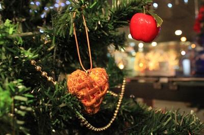 りんごの街のクリスマスツリーの装飾は?_d0131668_18124910.jpg