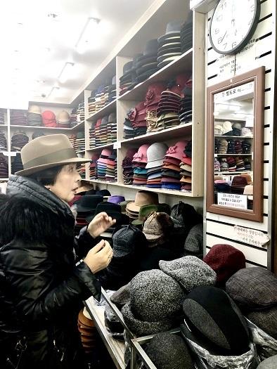 東大門 平和市場で冬の帽子を買う_b0060363_11020276.jpeg