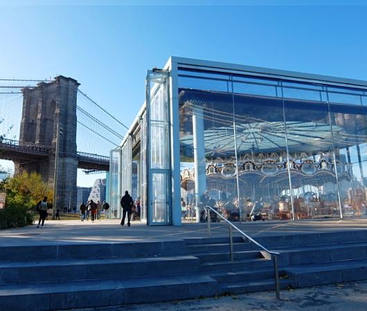 ブルックリン、Dumbo地区の名所の1つ、メリーゴーランドのJane\'s Carousel_b0007805_07275941.jpg