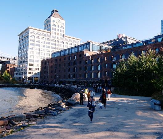 ブルックリン、Dumbo地区の名所の1つ、メリーゴーランドのJane\'s Carousel_b0007805_07295561.jpg