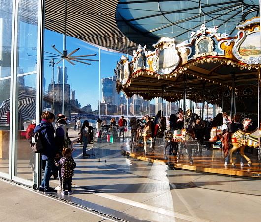 ブルックリン、Dumbo地区の名所の1つ、メリーゴーランドのJane\'s Carousel_b0007805_07304016.jpg