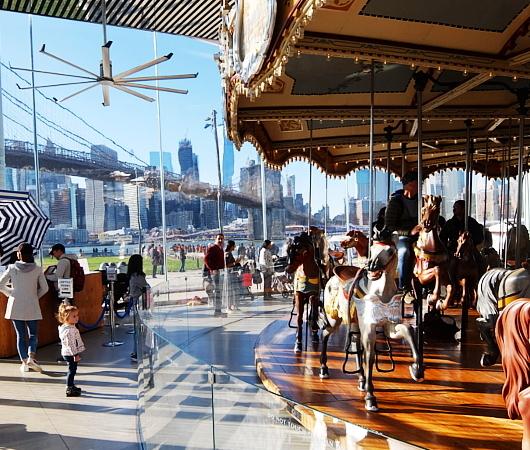 ブルックリン、Dumbo地区の名所の1つ、メリーゴーランドのJane\'s Carousel_b0007805_07311910.jpg