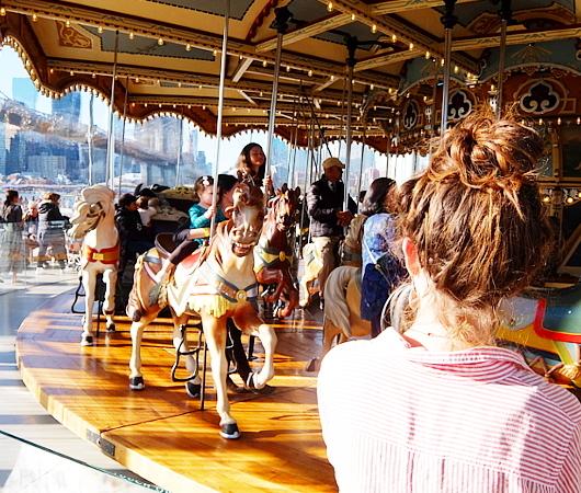 ブルックリン、Dumbo地区の名所の1つ、メリーゴーランドのJane\'s Carousel_b0007805_07322251.jpg