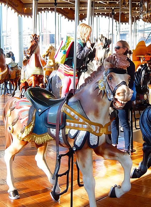 ブルックリン、Dumbo地区の名所の1つ、メリーゴーランドのJane\'s Carousel_b0007805_07330069.jpg