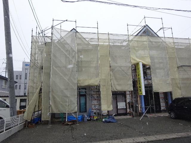 アパートの外装改修工事が進行中です。_f0105112_04164233.jpg