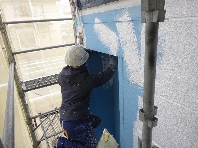 アパートの外装改修工事が進行中です。_f0105112_04224495.jpg