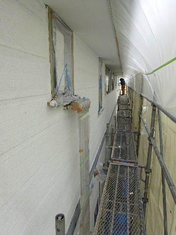 アパートの外装改修工事が進行中です。_f0105112_04224503.jpg