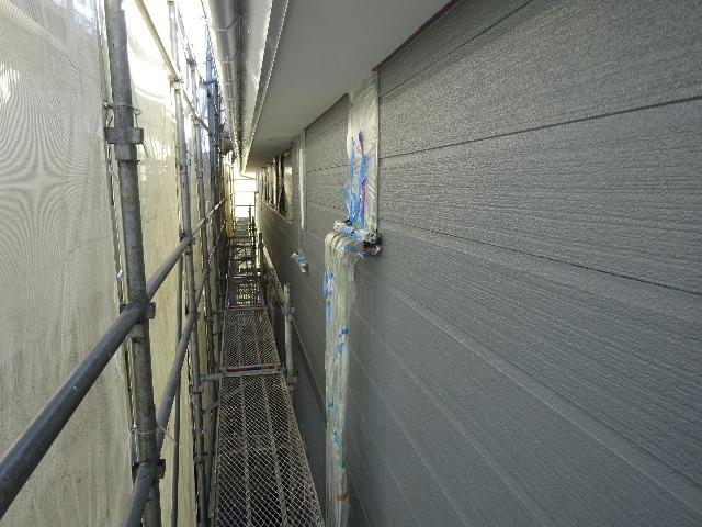 アパートの外装改修工事が進行中です。_f0105112_04273459.jpg