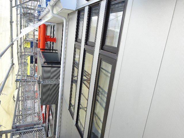 アパートの外装改修工事が進行中です。_f0105112_04315545.jpg