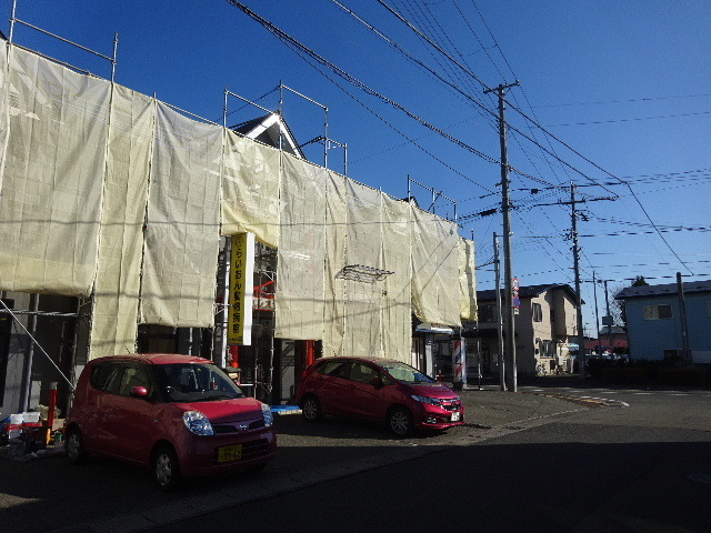 アパートの外装改修工事が進行中です。_f0105112_04383492.jpg