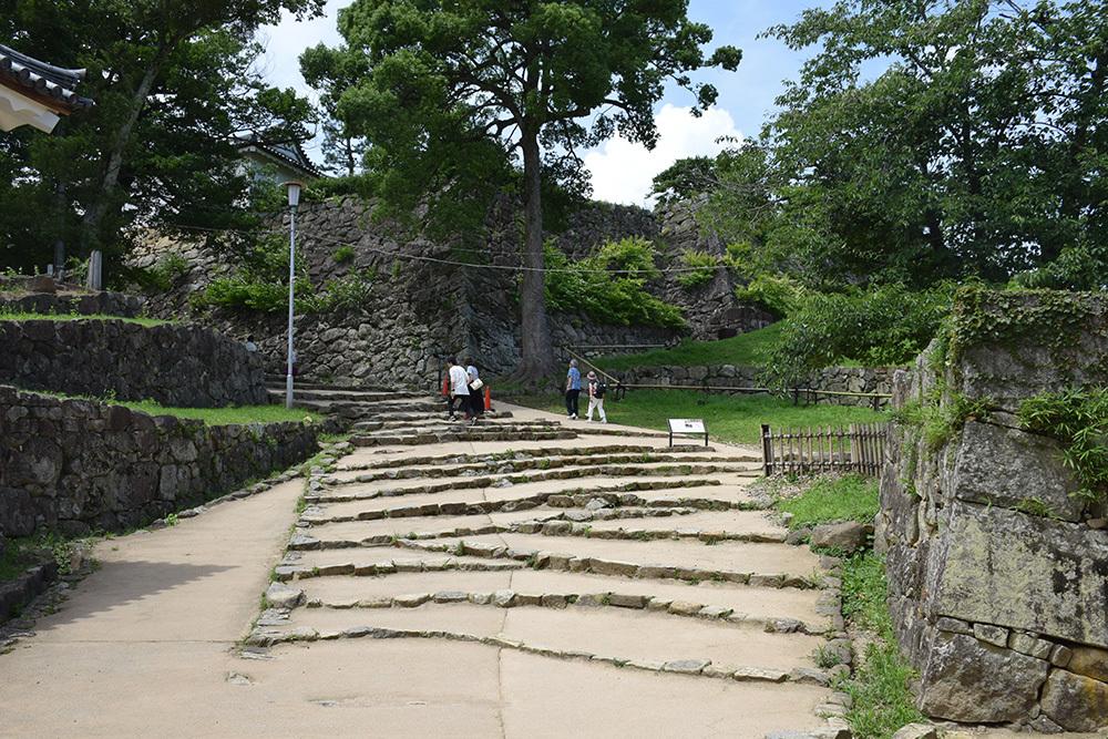 国宝・彦根城を歩く。 その3 <太鼓丸~太鼓門櫓~本丸>_e0158128_16244632.jpg
