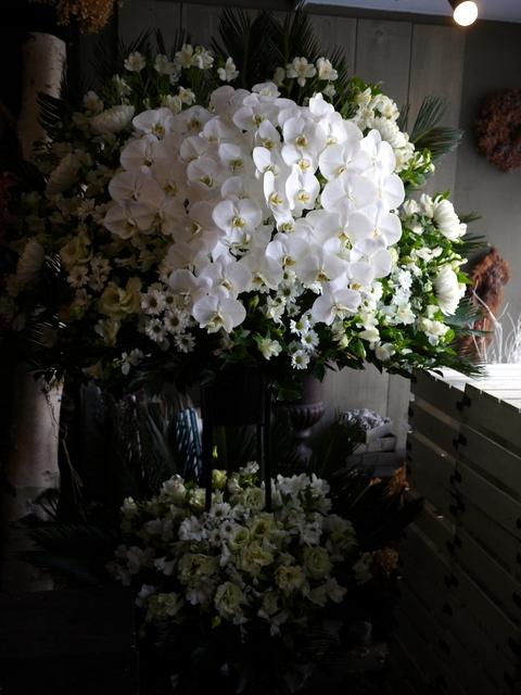 ご葬儀のスタンド花。白石区本通21の斎場にお届け。2019/12/16。_b0171193_17532383.jpg